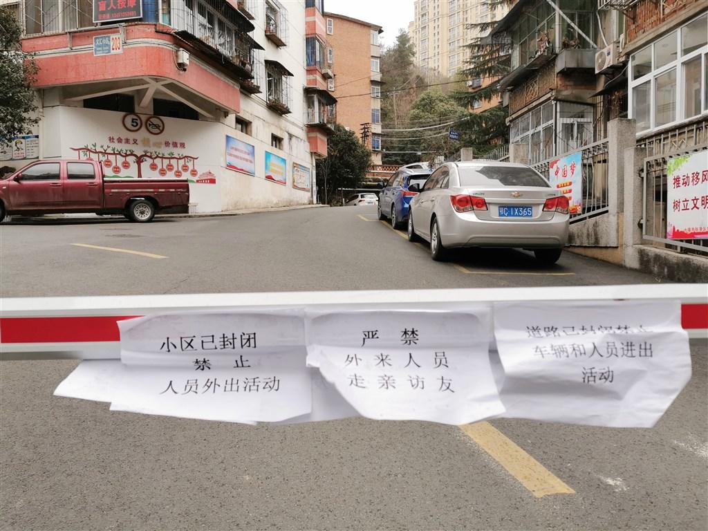 疫情在2019年12月底爆發、2020年1月23日中國宣布湖北武漢封城,之後各省市開始嚴格出入管制,封鎖道路,幾乎全國停工停產,一般消費緊縮,經濟受到嚴重影響。(檔案照片/中新社提供)