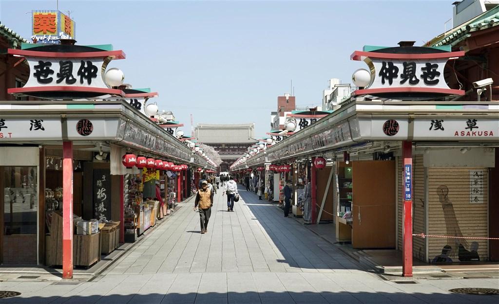 日本東京4日再添118例武漢肺炎確診病例,是東京單日新增確診病例首度超過100例。圖為4日東京淺草寺遊客稀少。(共同社提供)