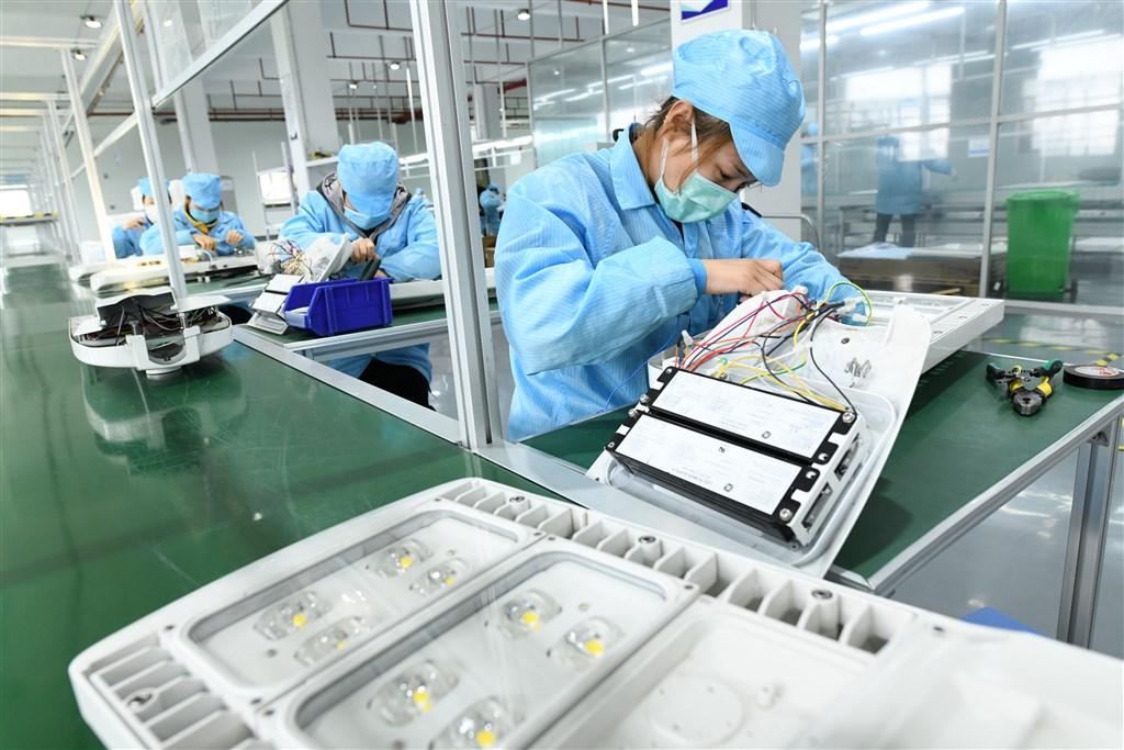 隨著武漢肺炎疫情蔓延全球,中國當前要務已不是經濟成長率成長百分之幾的問題,而是先讓企業能復工、有訂單,並且擋住裁員潮。圖為安徽一家照明工廠3月31日復工情形。(檔案照片/中新社提供)