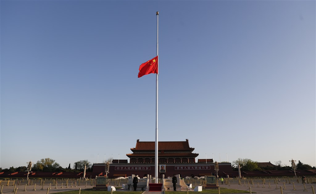 中國通報,3日新增19例武漢肺炎確診,其中18例為境外輸入,1例為武漢的無症狀感染者轉為確診。圖為4日北京天安門廣場降半旗,對因疫情逝世的國人表示哀悼。(中新社提供)