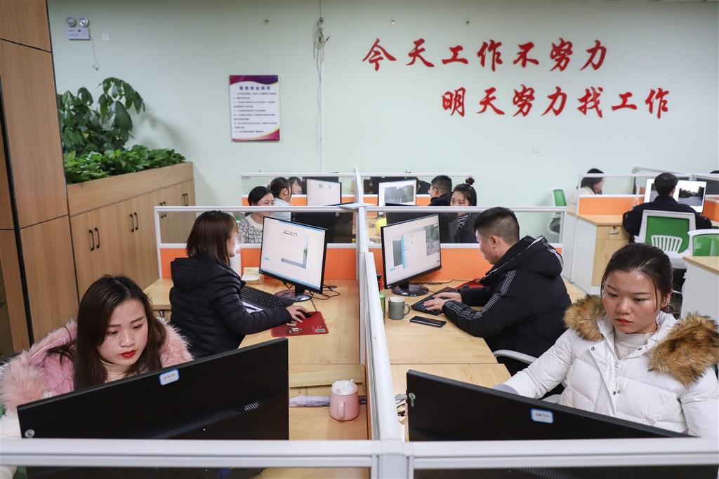 武漢肺炎疫情仍熾的3月初,北京召開會議強調堅持達成2020年消除農村貧困人口的目標。圖為貴州一間扶貧企業安置在社區內,讓民眾「家門口就業」。(檔案照片/中新社提供)