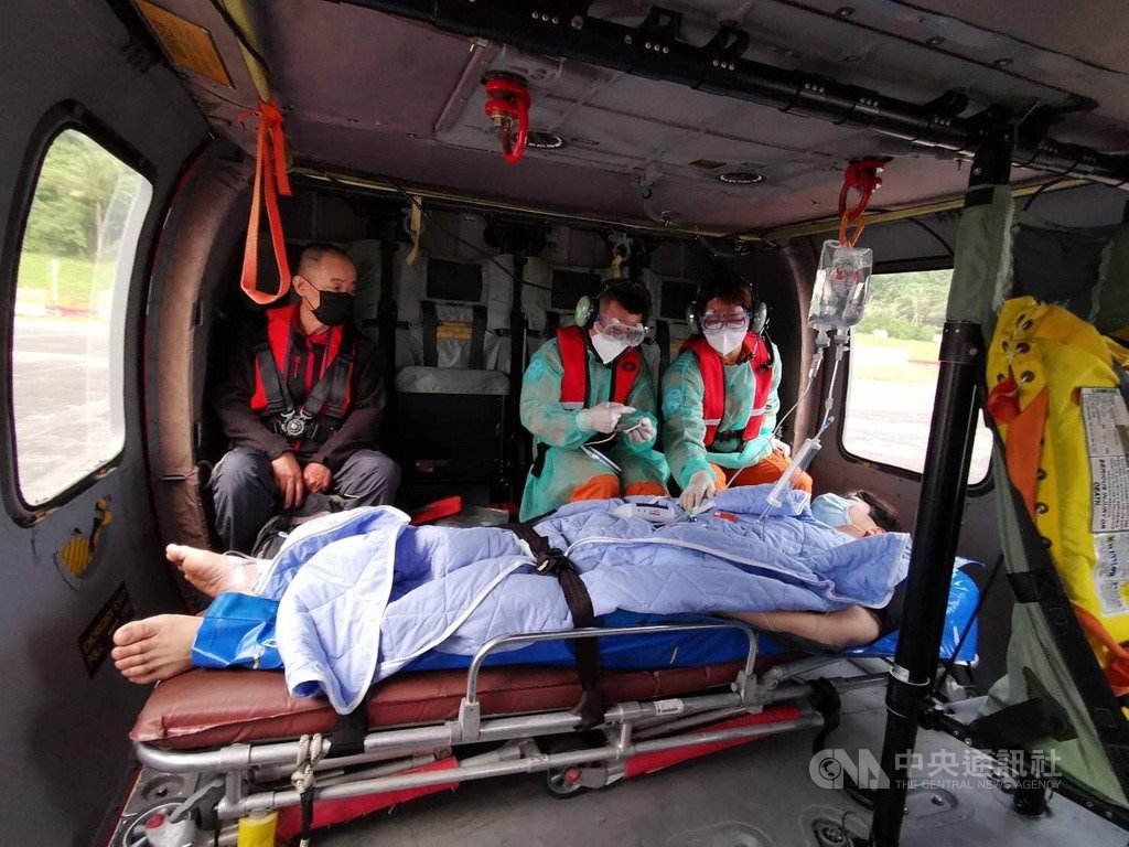 32歲藍姓男子4日傍晚在蘭嶼潛水發生吐血,5日上午空勤黑鷹直升機前往蘭嶼將男子後送就醫。(空勤提供)中央社記者盧太城台東傳真 109年4月5日