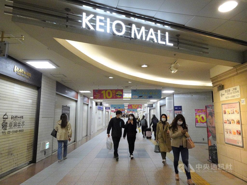 東京5日新增143例2019冠狀病毒疾病(COVID-19,武漢肺炎)病例,創單日新高,累計已達1034例。東京都政府呼籲市民本週末盡量克制少出門,許多商店歇業。中央社記者楊明珠東京攝 109年4月5日