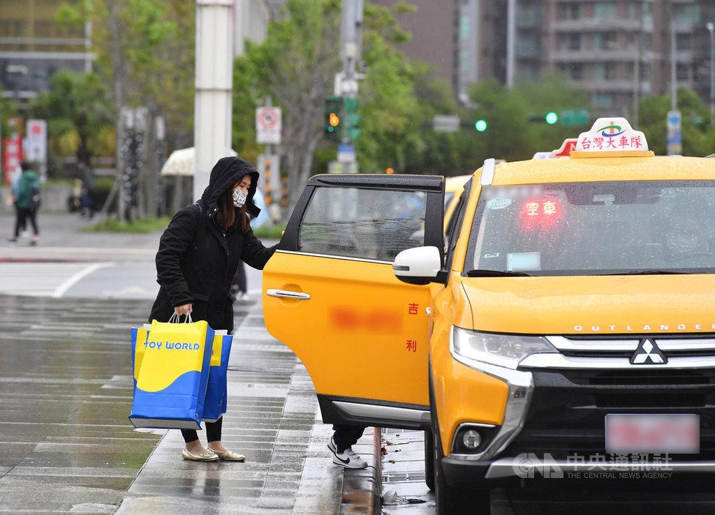 中央流行疫情指揮中心5日正式宣布,民眾若搭乘計程車,需比照大眾交通運輸工具,乘客應配戴口罩;若不願配戴,司機可以拒載。中央社記者王飛華攝 109年4月5日
