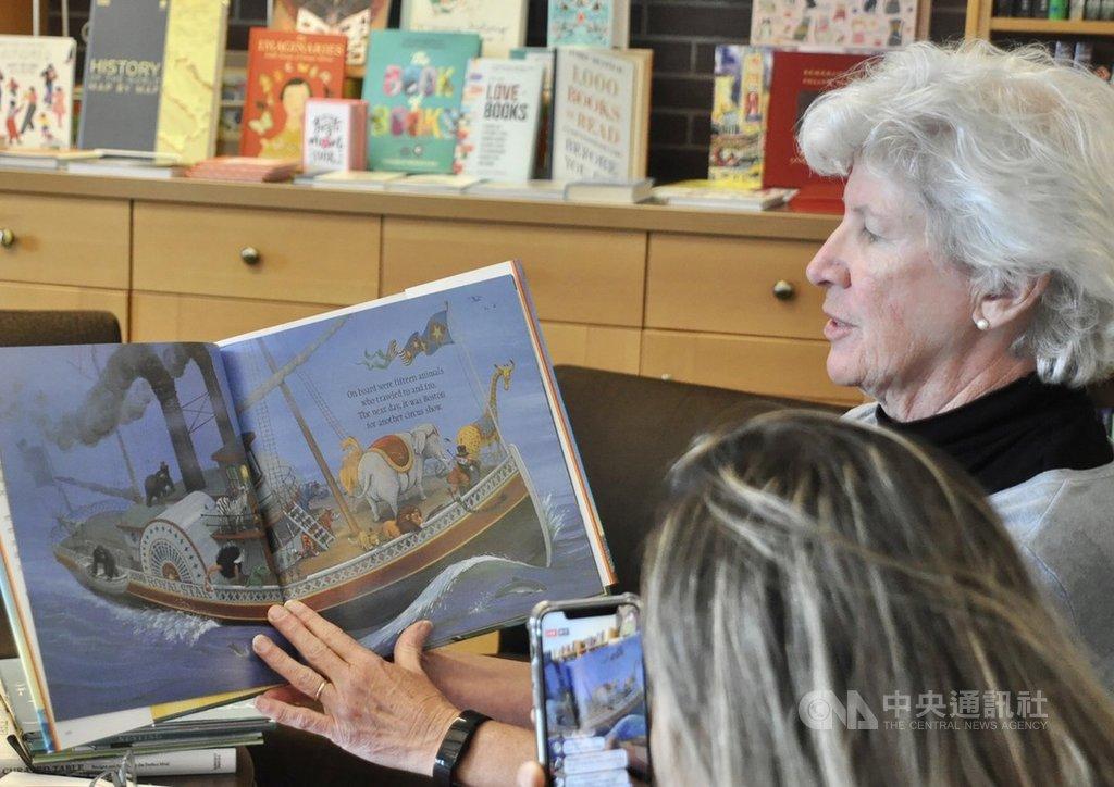 美國疫情嚴峻,矽谷一家獨立兒童書店自3月15日起,把原本面對面形式的故事時間(Storytimes)改成線上直播,嘗試建立網路的讀書社群。圖攝於3月15日菩提樹書店(Linden Tree Books)的直播讀書會。中央社記者周世惠舊金山攝 109年4月5日
