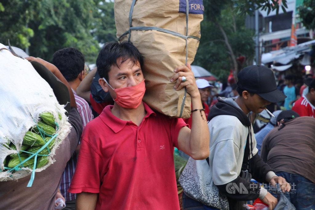 印尼武漢肺炎疫情升溫致使外科口罩難求,印尼政府要求民眾外出必須戴口罩,並建議用布口罩,將外科口罩留給醫護人員使用。圖為109年3月26日雅加達瑟南市場一景。中央社記者石秀娟雅加達攝 109年4月5日