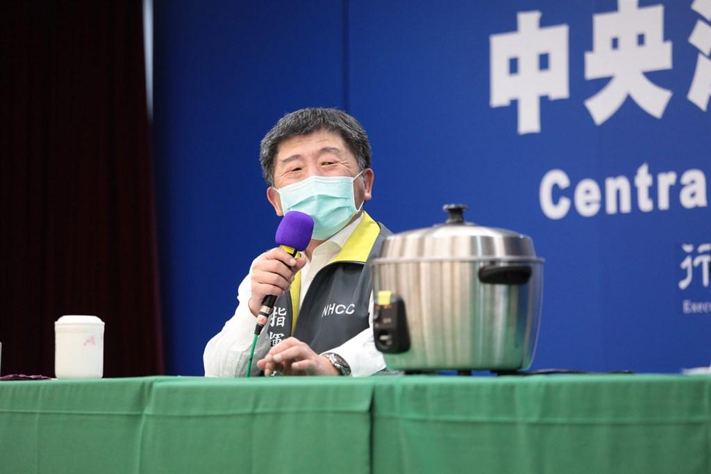 中央流行疫情指揮中心5日舉行記者會指導民眾如何用電鍋乾蒸口罩,以延長口罩使用次數,指揮官陳時中也現場試戴「剛起鍋」的口罩,直說感覺不錯。(中央流行疫情指揮中心提供)中央社 109年4月5日