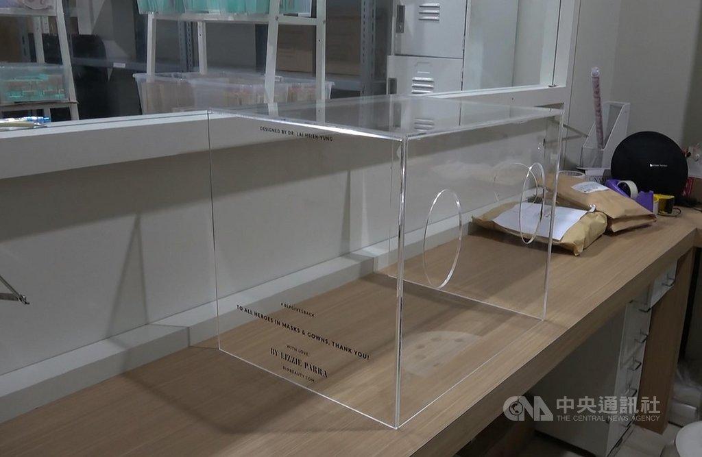 台灣醫師賴賢勇設計的武漢肺炎「防疫箱」日前在印尼出廠,印尼唐格朗市西羅姆醫院的醫師團隊稍作改良,更方便醫師使用,也擴大它的功能。中央社記者石秀娟雅加達攝 109年4月5日