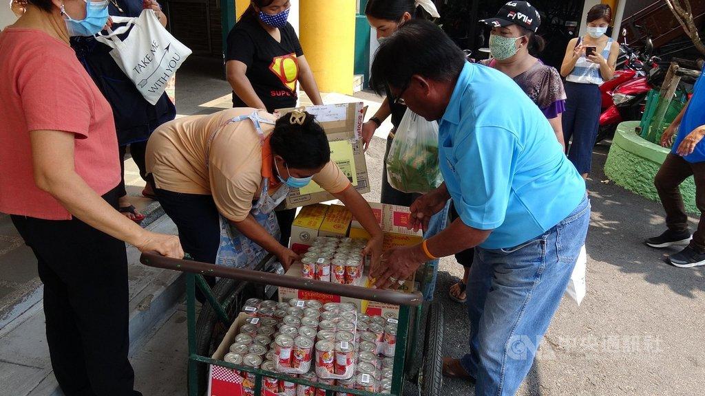 曼谷的普拉提基金會(Duang Prateep Foundation)和多個非政府組織,合作為弱勢族群募集物資,圖為工作人員把物資搬上推車。中央社記者呂欣憓曼谷攝 109年4月5日
