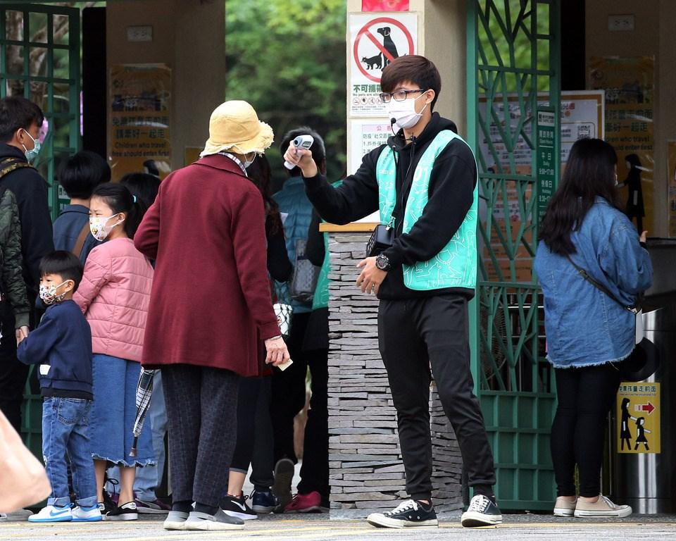 受武漢肺炎疫情影響,台北市立動物園清明連假期間遊客較往年減少許多,但園方仍認真做好防疫把關,在入園處為民眾量體溫,也提供酒精消毒。中央社記者郭日曉攝 109年4月4日