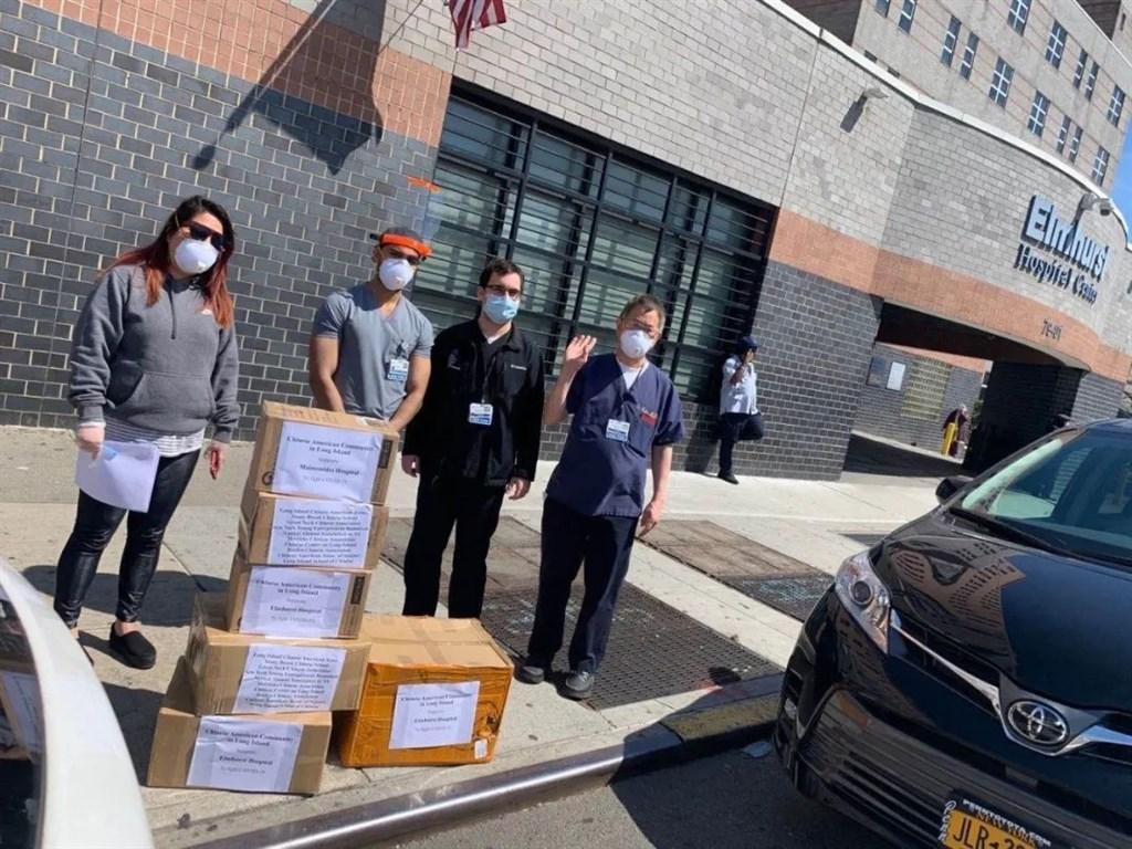 美國華人正聯合利用社交網路,取得醫療用品幫助醫院抗疫。圖為紐約州「長島華人協會」提供逾1萬片口罩給3家醫院。(圖取自facebook.com/NYLICAA)