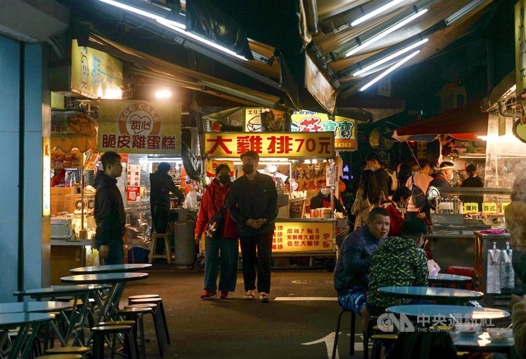 武漢肺炎(2019冠狀病毒疾病,COVID-19)疫情持續,台北市饒河街觀光夜市4日雖適逢連續假期,但人潮明顯不如以往,晚間用餐時間仍有許多空桌。中央社記者裴禛攝 109年4月4日