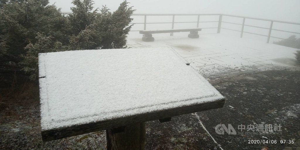 受東北季風及華南雲雨區影響,玉山6日早上7時10分起降下4月雪,到9時許停止約積雪1公分。(氣象局提供)中央社記者余曉涵傳真 109年4月6日