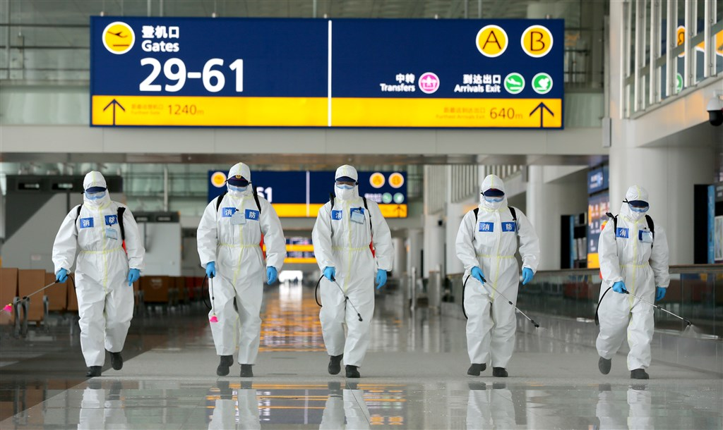 中國湖北省武漢即將於8日解除封城,也就是解除離開武漢通道管控措施。圖為武漢天河機場3日進行消毒。(中新社提供)