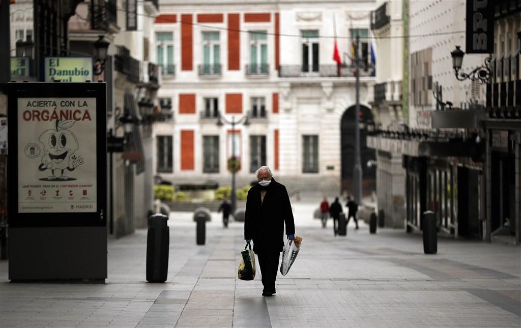 歐洲武漢肺炎疫情出現緩和跡象,重災國西班牙連續3日新增死亡人數下降。圖為西班牙民眾上街戴口罩防疫。(安納杜魯新聞社提供)