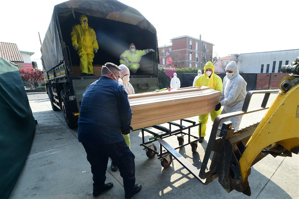 義大利當局5日通報,境內新增525起武漢肺炎死亡病例,這是超過兩個星期以來的最低單日新增死亡數。圖為4日義大利軍方將棺材送往火葬場。(安納杜魯新聞社提供)