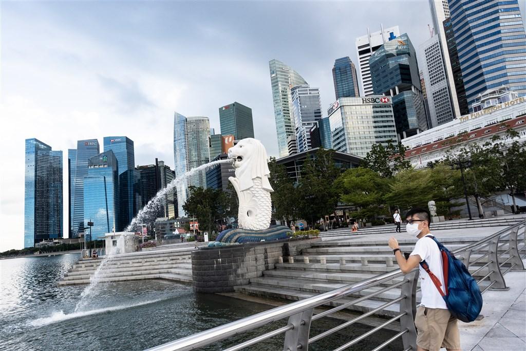 新加坡5日公布,境內新增120起武漢肺炎確診病例連2天創新高,累計1309例確診。圖為新加坡街頭民眾戴口罩防疫。(安納杜魯新聞社提供)