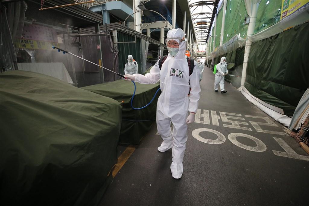 韓國6日通報少於50例的武漢肺炎新增確診病例,為2月29日高峰以來首次。圖為韓國陸軍在大邱西門市場消毒。(韓聯社提供)
