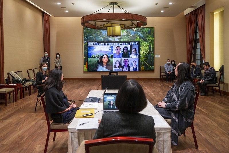 總統蔡英文6日與美國密涅瓦大學畢業班的19位學生們視訊,分享台灣面對疫情挑戰的經驗。行政院政務委員唐鳳也出席這場線上接見活動。(圖取自總統府網頁president.gov.tw)