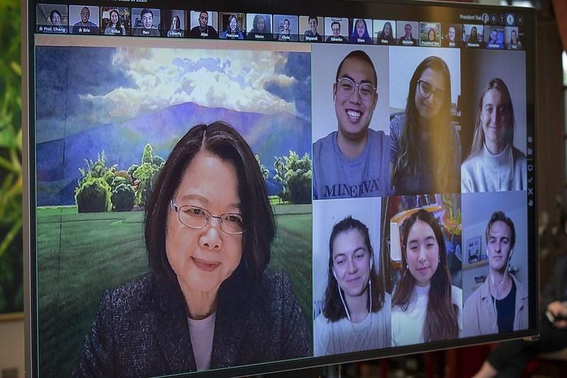 總統蔡英文6日首次以線上接見方式會見賓客,與美國密涅瓦大學畢業班的19位學生們視訊。(圖取自總統府網頁president.gov.tw)