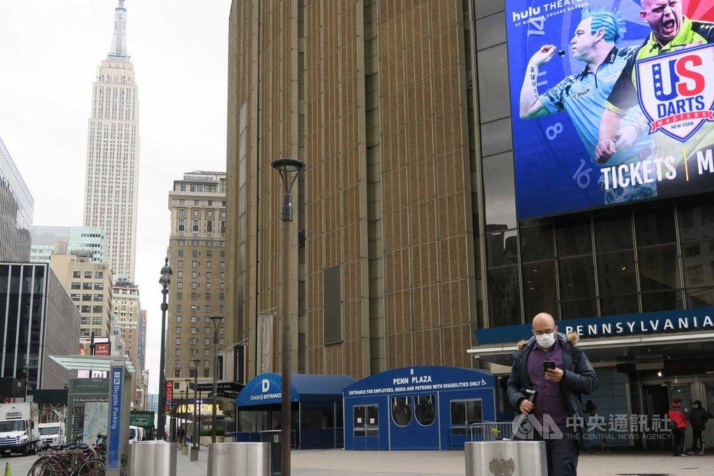 全美武漢肺炎疫情蔓延,紐約市曼哈頓中城的麥迪遜花園廣場與賓夕法尼亞車站外一片冷清,通勤族戴起口罩防疫。中央社記者尹俊傑紐約攝  109年4月7日
