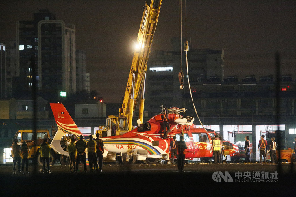 空勤總隊一架海豚直升機7日下午於高雄小港機場降落時意外翻覆,機場跑道暫時關閉,至晚間約7時大型吊車到場,先將側翻的機身回正後,再慢慢拖離跑道。中央社記者董俊志攝 109年4月7日