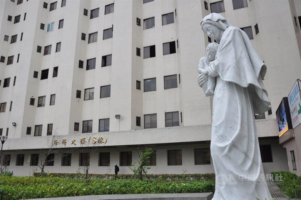 天主教靈醫會在公元1952年到台灣創辦羅東聖母醫院,早期的「窮人看病不收費」或現在的「不追病人欠債」等理念,讓許多人感念在心。圖為聖母醫院大樓外觀。中央社記者沈如峰宜蘭攝 109年4月7日