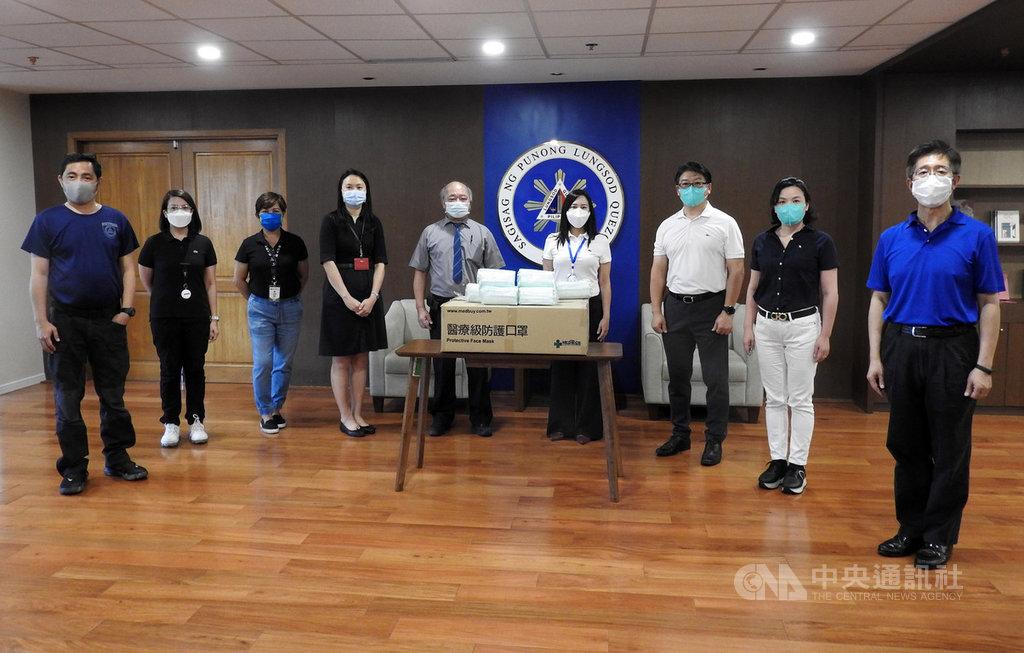 菲律賓台灣同鄉會7日由監事長林坤城(中)和副會長謝嘉卿(右3)代表,捐口罩給大馬尼拉奎松市,由市長貝爾蒙特(右4)代表接受。因2019年冠狀病毒疾病疫情嚴峻,拍照時保持社交距離。中央社記者陳妍君馬尼拉攝 109年4月7日