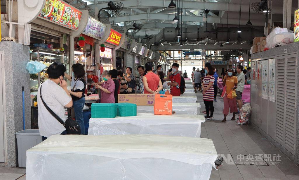 新加坡從7日起執行更嚴格的社交安全距離措施,遏止武漢肺炎疫情擴散,傳統市場與庶民美食中心少了昔日喧鬧聲音。中央社記者黃自強新加坡攝 109年4月7日