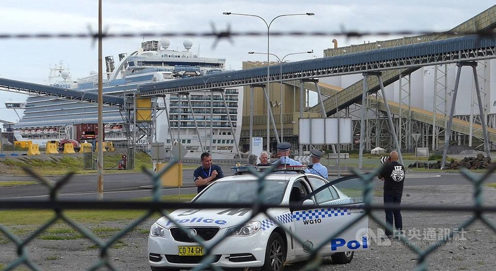 郵輪「紅寶石公主號」被扣留在遠離民眾視線,並且受到周圍煤碳處理廠遮掩的金布勒港(Port Kembla),而非停泊在雪梨市中心的郵輪碼頭。對此有工會人士批評,澳洲政府對事件的處理缺乏透明度。中央社記者丘德真新南威爾斯州攝 109年4月7日