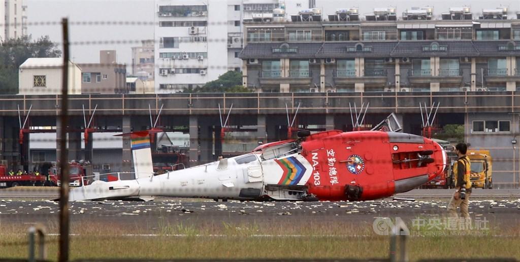 高雄小港機場7日下午發生空勤海豚直升機重落地翻覆事件,機上5人均安,運安會已組專案調查小組南下現場蒐集資料。中央社記者董俊志攝 109年4月7日