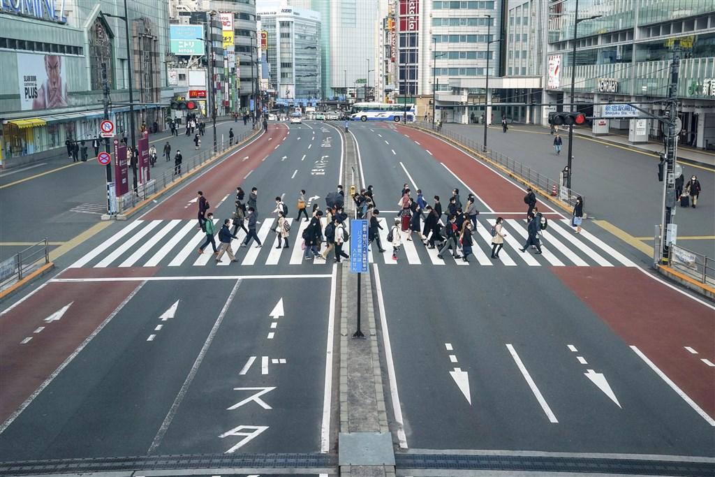 武漢肺炎疫情延燒,全球確診破130萬例,逾7萬人不治。日本將對東京等7府縣發布緊急事態宣言,圖為6日的東京新宿街頭。(共同社提供)
