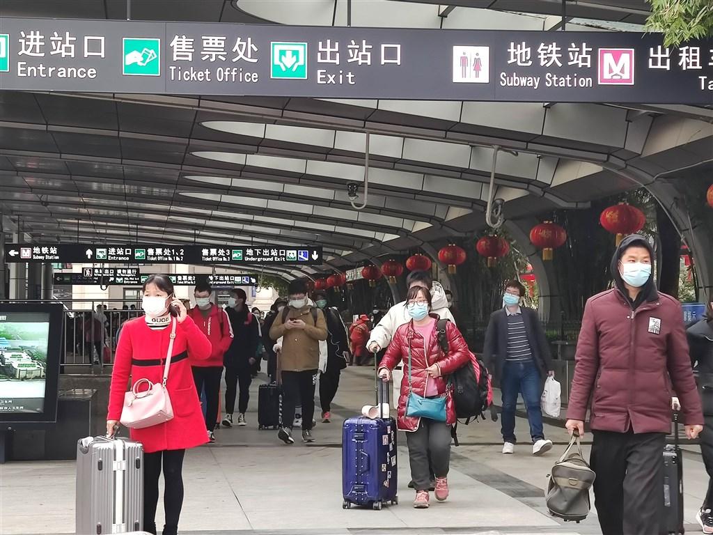 武漢封城76天,即將在8日解除對外交通封管。圖為武漢漢口火車站外眾戴著口罩。(中新社提供)