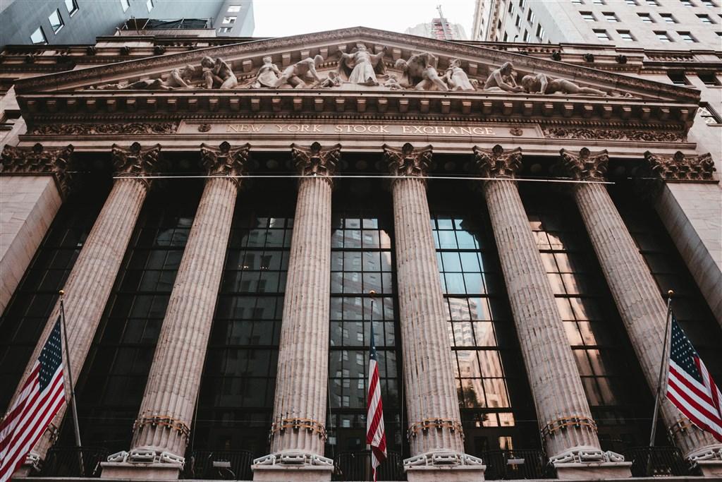 美股8日收紅,道瓊指數午盤扶搖直上,終場勁揚779點。圖為紐約證券交易所。(圖取自Unsplash圖庫)