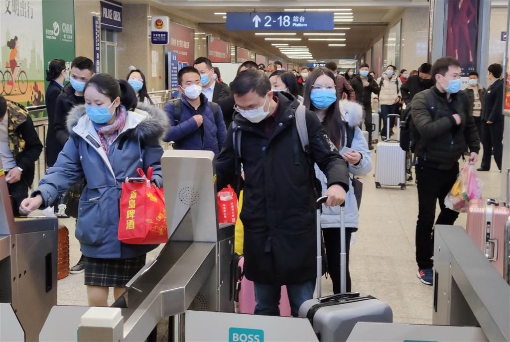 中國疫情核心重災區湖北武漢8日將解封,中國鐵路武漢局集團預估,將有約5.5萬名旅客乘坐火車離開武漢。圖為武漢市漢口火車站。(中新社提供)