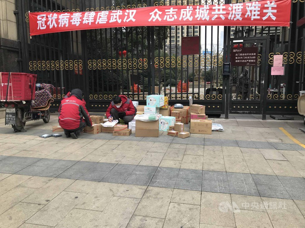 武漢因疫情1月23日起封城76天,居民更多使用網購滿足生活所需。圖為當地快遞人員清點物資。(郭晶提供)中央社記者張淑伶台北傳真 109年4月8日