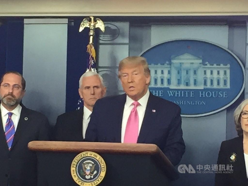 美國總統川普(前)7日砲轟世衛以中國為中心,並威脅將擱置美國的捐助。(中央社檔案照片)