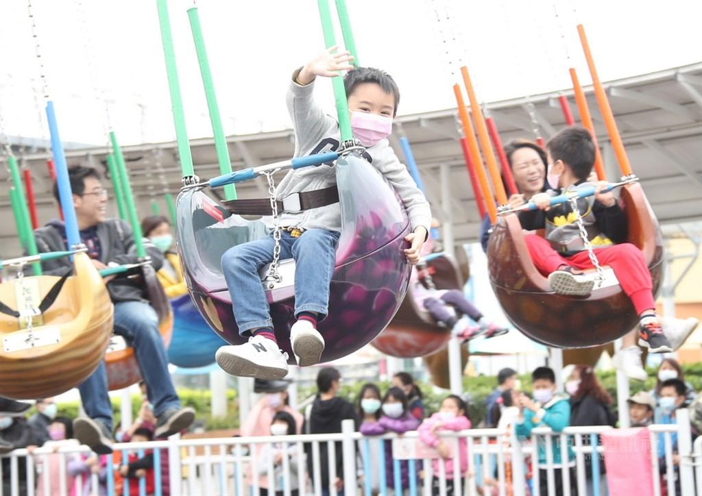 兒童節到來,台北市兒童新樂園內4日可見許多小朋友與家人前往遊玩,儘管為防疫而戴著口罩,但孩子們還是玩得很開心。中央社記者張新偉攝 109年4月4日