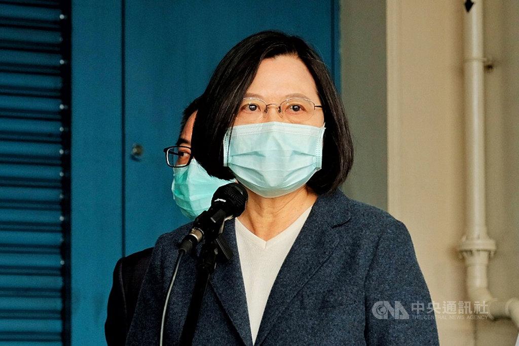 總統蔡英文8日前往桃園市參訪製藥公司時表示,台灣在口罩、藥物、物資或其它科技層面,只要有餘力、其他國家有需要,政府願意共同討論協助全球防疫,希望所有國家都能聽到台灣的聲音,了解台灣的處境。中央社記者吳睿騏桃園攝 109年4月8日