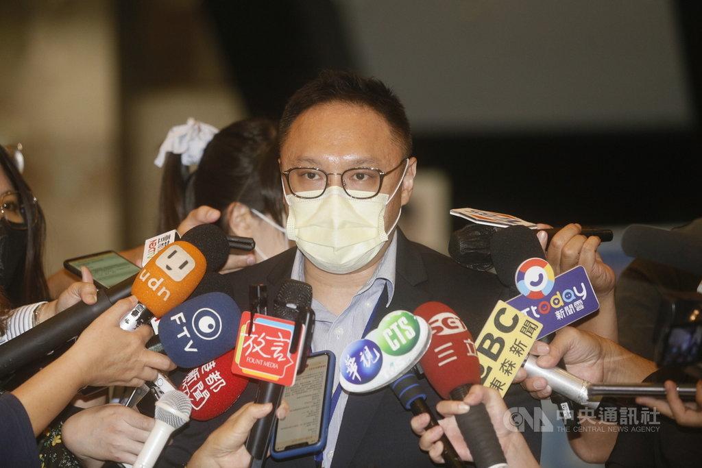 高雄市長韓國瑜團隊聲請停止執行罷免案,罷韓公民團體批評是「博歹筊、賭博不服輸」。高市府新聞局長鄭照新(圖)8日受訪指出,絕對不會是「博歹筊」,而是在找「公親」,避免球員兼裁判、行政權過度擴張解釋的狀況。中央社記者董俊志攝 109年4月8日