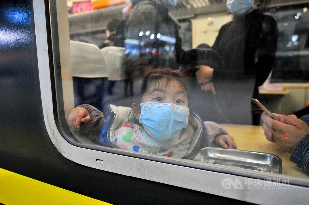 武漢8日解除封城,但許多地方仍擔心出城人流潛藏疫情,要求或提倡武漢民眾須先接受病毒核酸檢測。圖為一位於武昌火車站乘車的小女孩。(中新社提供)中央社  109年4月8日