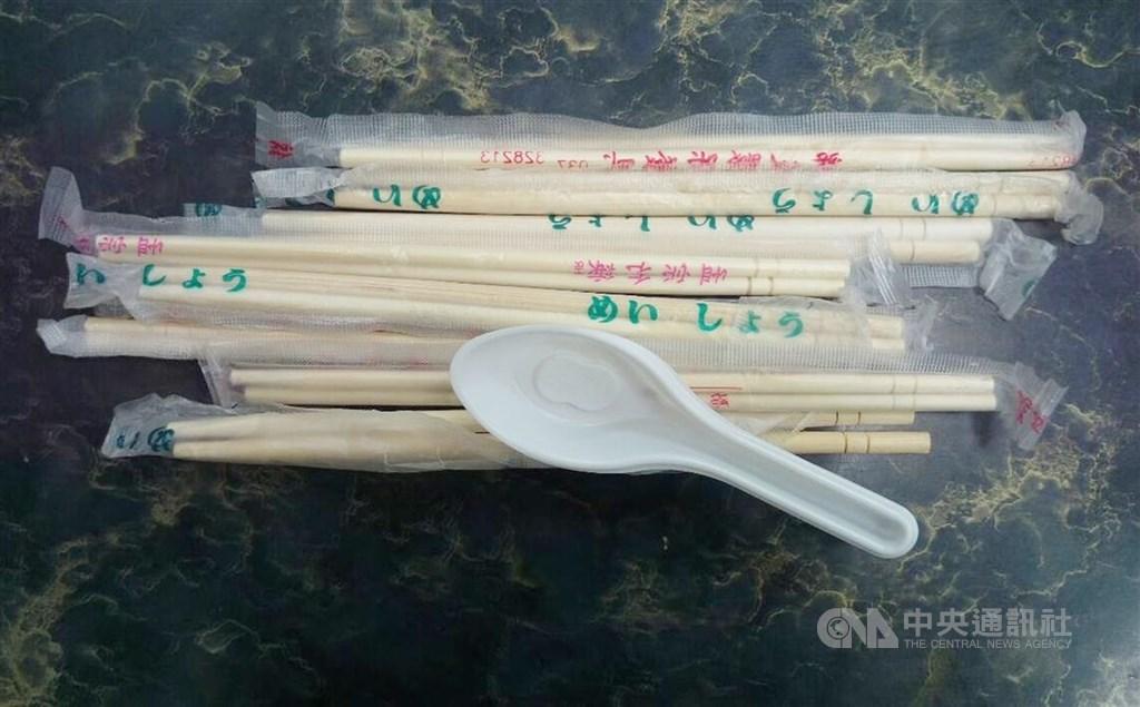 行政院環保署長張子敬8日表示,同意一次性免洗餐具暫時解禁,疫情穩定就會恢復,目前以防疫優先保障國民健康。(中央社檔案照片)