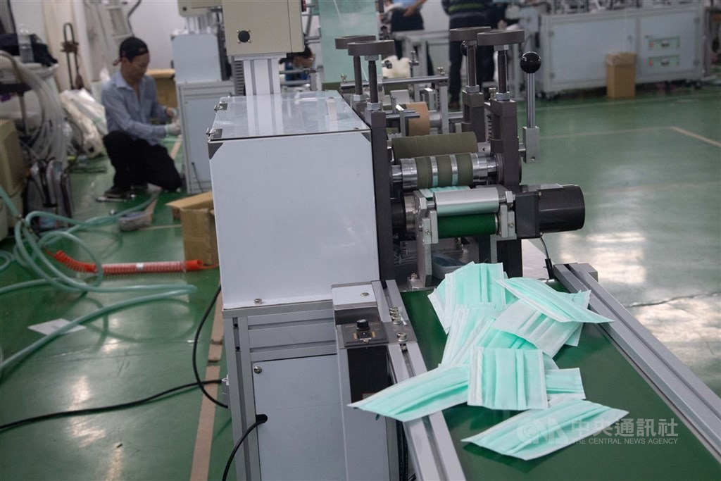 經濟部長沈榮津8日表示,民間有20台口罩機組將在月底上線,屆時日產量有望衝上1700萬片。(中央社檔案照片)