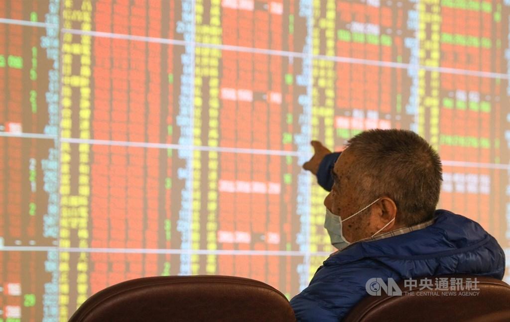 台股8日大漲逾百點,成功重回萬點之上,自3月16日跌破萬點,不到一個月即重新站上萬點。 (中央社檔案照片)