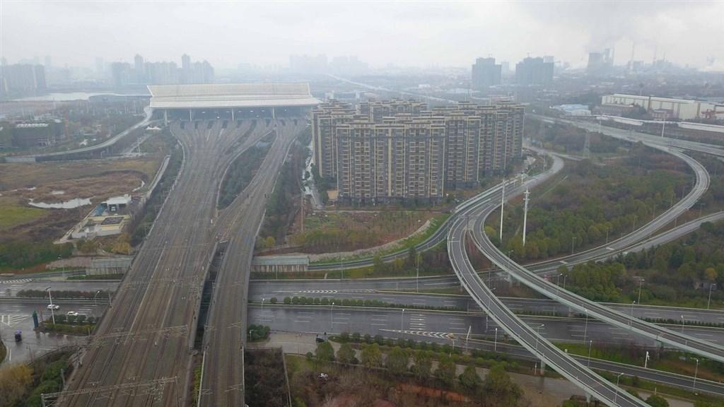 中共總書記習近平下令武漢市1月23日全面封城,目的是阻絕2019年新型冠狀病毒往外擴散。圖為2020年1月26日武漢市內交通要道已無車輛。(中新社提供)中央社 109年4月8日