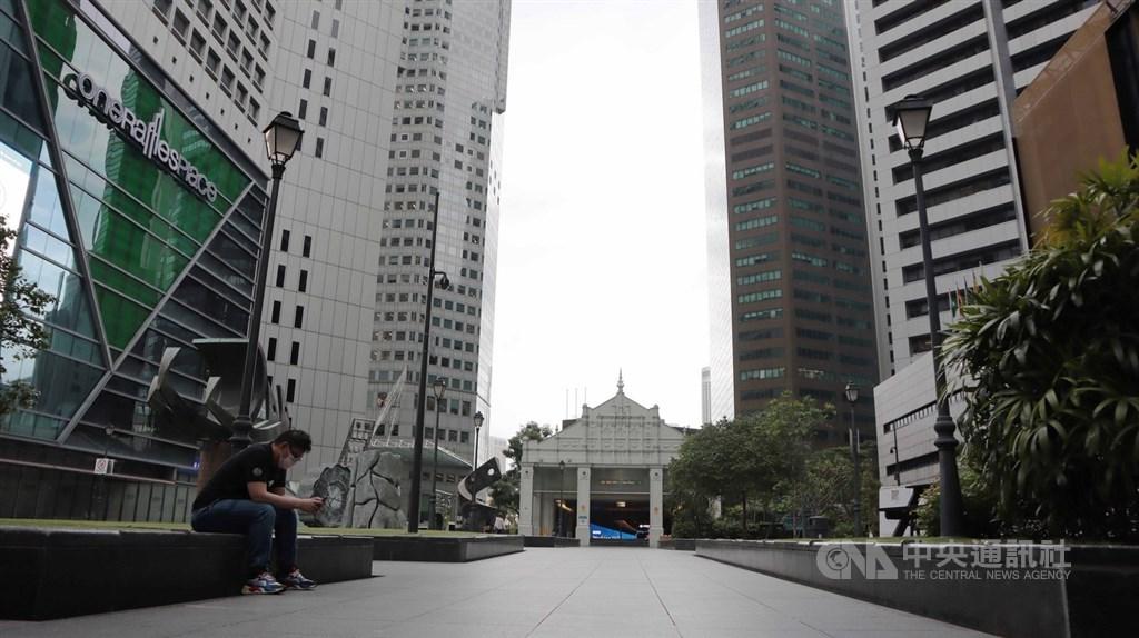 新加坡7日通過武漢肺炎暫行措施法案,另也施行嚴格的社交安全距離措施,員工改成居家辦公模式,金融商業區辦公大樓空蕩蕩。中央社記者黃自強新加坡攝109年4月7日
