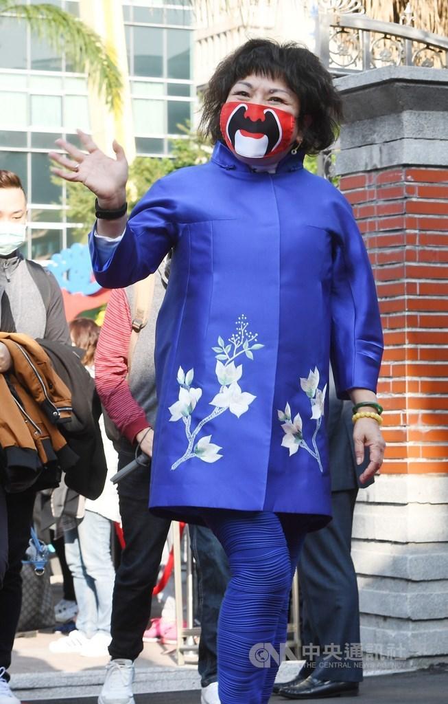 國民黨立委葉毓蘭(前)8日說,她嘗試蒸口罩,但因為沒有電鍋、只有氣炸鍋,「我去氣炸一下」,結果差點在立法院青島二館引發火警。(中央社檔案照片)