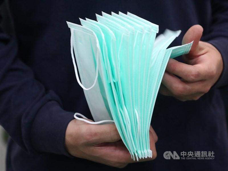 為了照顧在海外的台灣人,避免因為口罩不足而暴露在感染風險中,從9日上午9時起開放民眾申請、寄送口罩至海外。(中央社檔案照片)