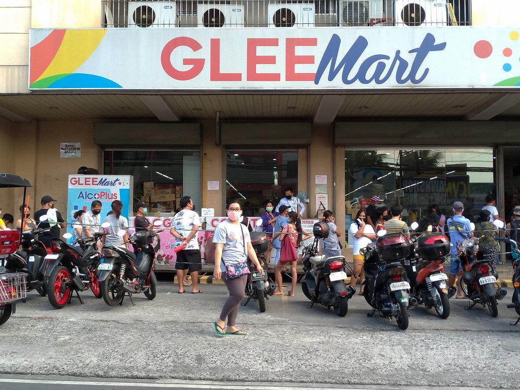 武漢肺炎疫情延燒下,菲律賓呂宋島封島防疫。圖為大馬尼拉一處超市外民眾排隊等待入內購物,攝於3日。中央社記者陳妍君馬尼拉攝 109年4月9日