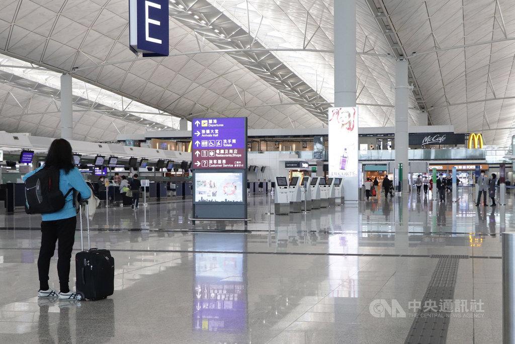 香港航空業低迷,管理機場的機場管理局高層9日公布自願減薪兩成,為期半年;圖為在武漢肺炎衝擊下,香港機場空蕩蕩。(資料圖片)中央社記者張謙香港攝 109年4月9日